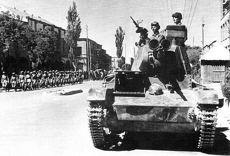 הפלישה האנגלו - רוסית לאיראן, טנקים סוביטיים ברחובותיה של העיר טבריז